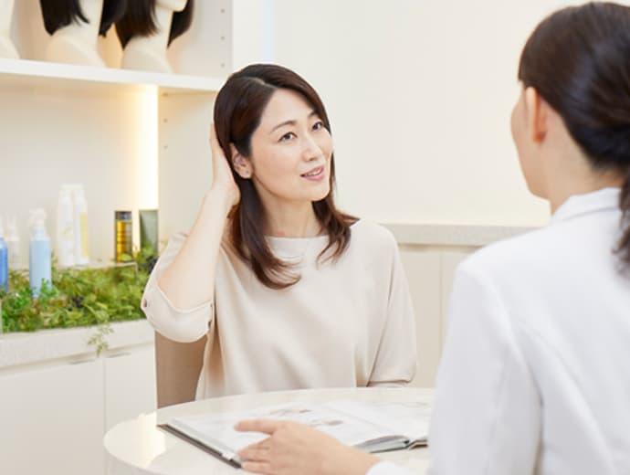 女性スタッフと会話する女性