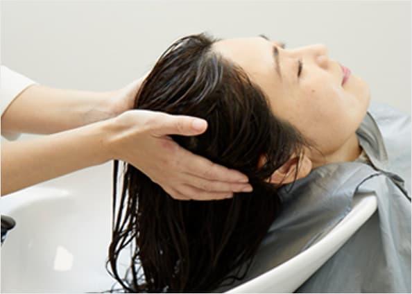 髪を乾かされている女性